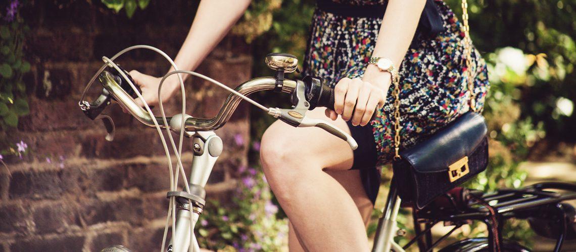 Frau mit glatt rasierten Beinen fährt Fahrrad
