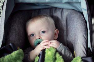 Kleinkind im Kindersitz